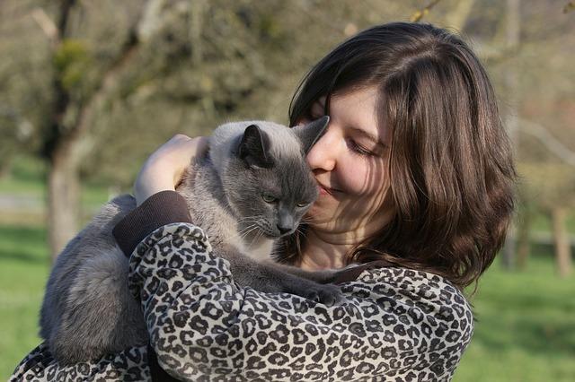 mladá žena a kočka