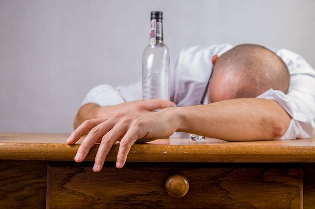 opilec na stole