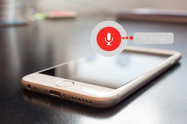 telefon nad kterým je ikonka mikrofonu znázorňující nahrávání